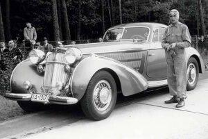 Bernd Rosemeyer vor seinem Horch 853 Coupé Erdmann & Rossi, 1937